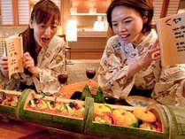 ●青竹盛り懐石●青竹の節ごとに盛られた懐石料理の豪快さに思わず歓声が ※メニュー内容は一例
