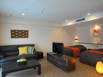 【メープルツイン】約46平米 革張りソファーとインテリアで高級感を演出したお部屋です。