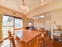 *本館(2LDK/一例)ダイニングテーブルは8人掛け!大人数での宿泊にも対応しています。
