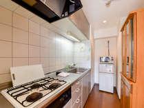 *本館(2LDK/一例)キッチンには備品や食器を数多くそろえております。