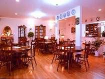 絵皿が飾られたダイニングは、落ち着いた大人の空間。