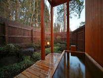 Aタイプ・檜露天風呂一例。秋は紅葉露天♪