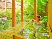特別室(101&102)客室露天風呂。足を伸ばしてゆったり森林浴♪