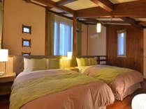 【104号室】2F寝室。高級ベッドシモンズのダブルが2台。