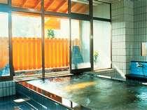 *館内の温泉大浴場。心地良い肌触りのお湯で、身も心もリフレッシュ!