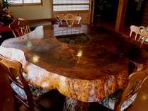樹齢五百年の杉を使った漆塗りのテーブル