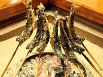 *囲炉裏で焼き上げる香ばしい川魚(画像はイメージです)