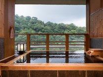 澄んだ空気を味わいながらのんびりと温泉を楽しんで・・・ 「竜田」客室露天風呂