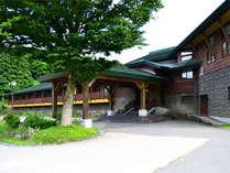 高原に佇む洋風な設えの温泉旅館