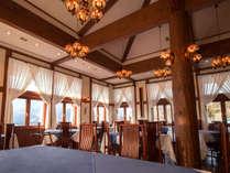 洋風レストラン風の会食場は周辺の山々が見渡せる絶好のロケーション♪