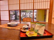 *お部屋に到着後、まずは美味しいお茶と和菓子でホッとひと息。長旅の疲れた体にしみわたります。