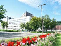 *【外観】春の桜を始め、新緑、紅葉、雪景色と、雄大な大自然に囲まれた、四季を体感できるホテルです。