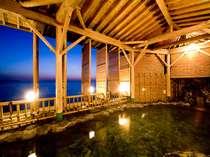露天風呂から海までの距離はわずか5m!潮風と波の音を感じながら「熱の湯」ともいわれる熱海の温泉を満喫