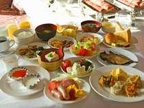 【ご朝食】ホテルニューアカオの朝食は太陽の光が差し込む明るいレストランで、和洋バイキングを