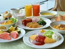 ホテルニューアカオの朝食は太陽の光が差し込む明るいレストランで、和洋バイキングを[朝食]