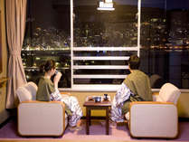 【和室・街並み側】熱海の街側のお部屋では100万ドルの夜景をお楽しみいただけます