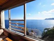 【和室】錦ヶ浦の断崖絶壁に建ち、目の前に広がる圧巻の海景色を、全室からお楽しみ頂けます