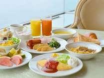 【朝食】和洋のバランスを考え、熱海名物の干物など、30種類以上の豊富なメニューを揃えた朝食をご用意
