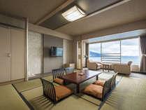 【和室】全室オーシャンビューの客室から錦ヶ浦の断崖絶壁や大海原、熱海の街並みや夜景を望めます