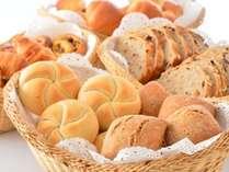 【朝食ビュッフェ】ホテルメイドのパンは種類も豊富!食べやすいサイズでいくつでも☆