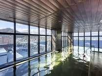 【本館13階 汐見の湯】夜は船灯りに照らされた函館港、翌朝には朝焼け輝く街並みをご覧いただけます★