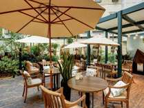 *カフェ&バープラザ/日中はカフェ、夜は各種カクテルが楽しめる開放的なバーとしてご利用いただけます。