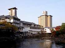 和多屋別荘 外観。そばには嬉野川の穏やかな流れ。