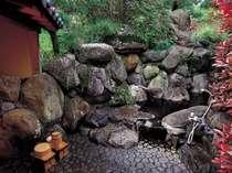 離れ水明荘 特別室の露天風呂。自然に包まれてくつろぎのひとときを。