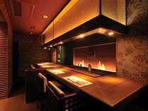 「佐賀牛賓館」の鉄板焼カウンター席。目の前で繰り広げられるシェフの手さばきが食欲をそそります。