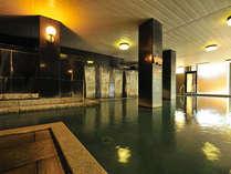 「直線美」と「木と石の調和」をコンセプトに、天然御影石と檜を用いて設計された大浴場「御影殿」。