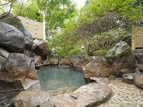 水明荘 貴賓室の露天風呂。檜内風呂も備えております。どちらも源泉掛け流し。