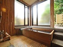 水明荘 貴賓室の檜内風呂。外に出れば露天風呂もございます。源泉掛け流し。