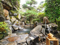 離れ水明荘 特別室の露天風呂。源泉掛け流しの美肌の湯をなみなみと注いでおります。
