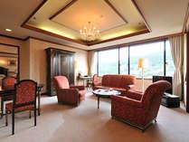 「ロイヤルスイート」嬉野温泉を一望する最上階。格調高い英国家具が並ぶ客室。