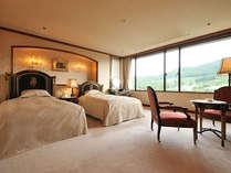 ロイヤルスイートルーム 雄大な景色が広がる最上階の洋室。2間のお部屋です。