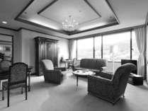嬉野温泉を一望していただける最上階。格調高い英国家具が並ぶ客室で、ごゆっくりとお寛ぎください。