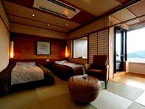 「展望温泉付客室」(禁煙)。琉球畳に低床ベッドのお部屋、窓際には嬉野を一望の展望風呂。
