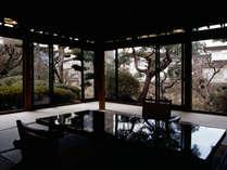 離れ水明荘「露天風呂付特別室」。源泉かけ流しの露天風呂と檜内風呂を備えております。