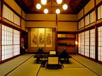 佐賀鍋島藩の別邸を移築して造り上げた、水明荘の貴賓室。四季を彩る庭園と露天風呂も備えております。