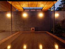 水明荘 湯殿「心晶」の露天風呂。夜はライトアップで日中とは異なる雰囲気をお楽しみ頂けます。