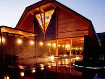 離れの湯殿「心晶」。高い吹き抜けの天井に、檜の湯舟と、御影石の湯舟の広々とした2タイプの空間。