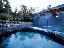 離れ湯殿「心晶」の露天風呂。夜はライトアップで幻想的な雰囲気をお楽しみいただけます。
