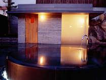 離れの湯殿「心晶」のサウナルーム外観と水風呂。「ミストサウナ」では美肌の湯の蒸気が包み込みます。