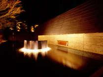 湯殿「心晶」外観。清涼な趣の水辺は、夜のライトアップで幻想的な雰囲気に。