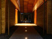 湯殿「心晶」アプローチ。厳かな空間を通って浴場入り口へと繋がります。