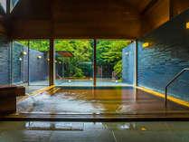 湯殿「心晶」。内風呂は、【御影石】と【檜】の2種があり、朝・夕で男女入れ替え制となっております。