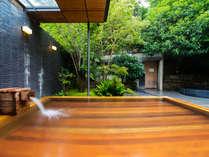 湯殿「心晶」露天風呂。昼・夜で異なる趣の中でお寛ぎください。