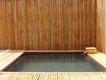 竹垣に囲まれた寛ぎ空間の客室露天
