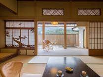 縁側には竹垣に囲まれた寛ぎ空間の露天風呂とテラス。