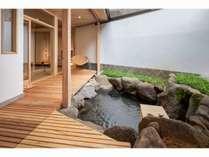 「桃の間」24時間入り放題の露天風呂。源泉かけ流しです。